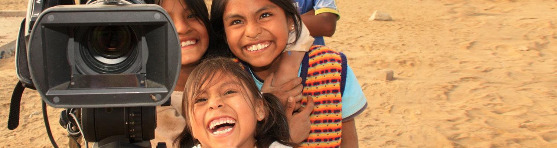 Filmproduktion mit Kindern die in die Kamera lachen