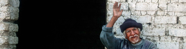 Winkender Mann bei Dreharbeiten in Peru