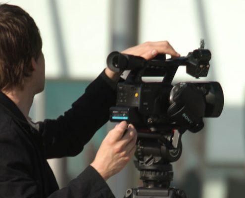Kameramann bei Dreharbeiten für einen Messefilm in Köln