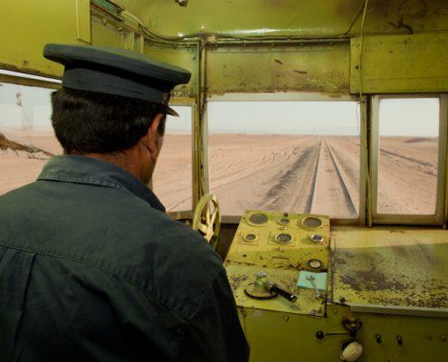 Kamera in Eisenbahn bei Fahrt durch Wüste