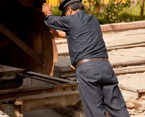 Lockführer beim Drehen einer Lok, Dreharbeiten in Peru